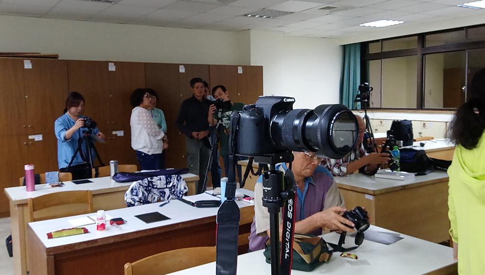歡樂攝影活動的教室課程大夥都忙著看相機menu啦 1039-01