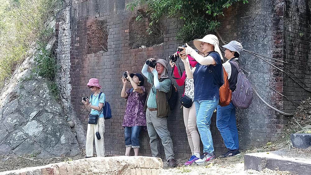 歡樂攝影活動裡的攝影愛好者專注於畫面的擷取 1039-04